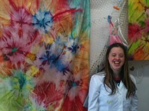 Beatrice accanto a uno dei lavori fatti a  mano