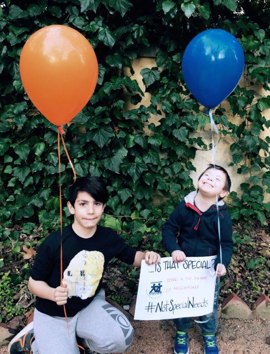 Giocare coi palloncini non è un bisogno speciale #NotSpecialNeeds, è semplicemente un bisogno umano, che hanno tutti i bambini, come Elia e Mattia.