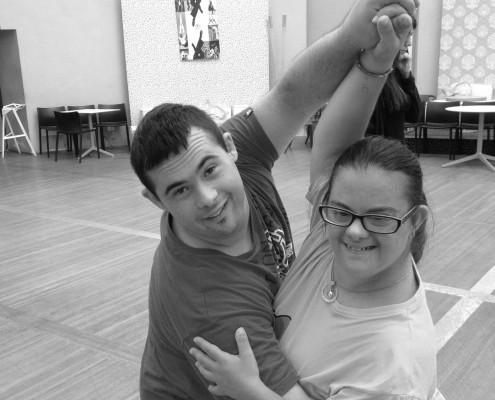 Due ragazzi di at21 impegnati nel tango