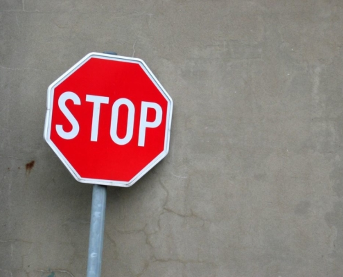 Un cartello stradale STOP